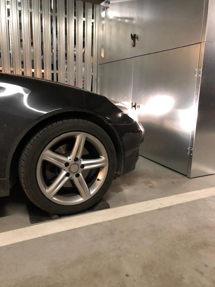 szafa garażowa i próg parkingowy